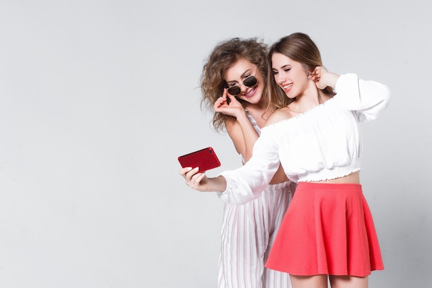Siostry robią selfie, ubierając się w swobodny, letni styl!