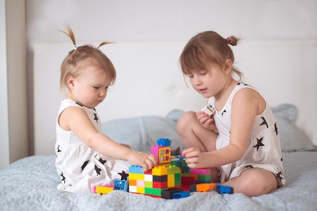 Siostry rodzeństwa bawią się designerskim prawdziwym wnętrzem