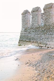 Sirmione, prowincja brescia, lombardia, północne włochy. średniowieczny zamek scaliger nad jeziorem lago di garda