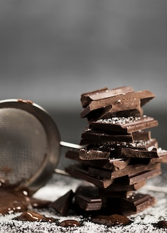 Sito z rozpuszczoną czekoladą i cukrem widok z przodu