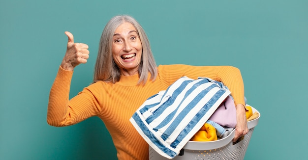 Siwe włosy dość gospodyni kobieta pranie ubrań