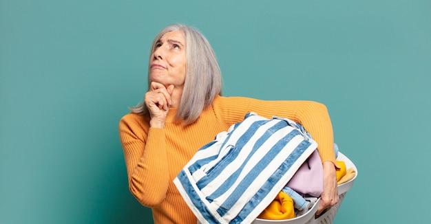 Siwe włosy ładna gospodyni kobieta pranie ubrań