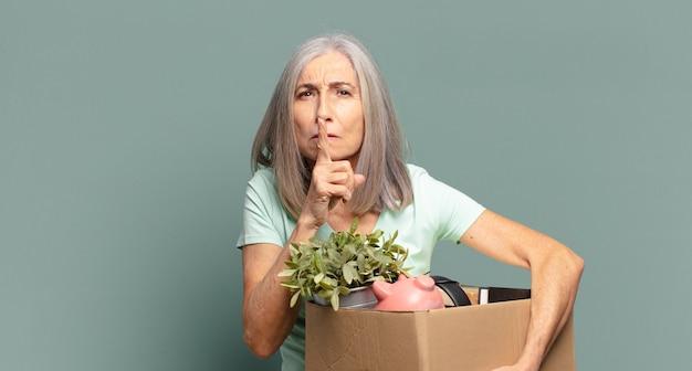 Siwe włosy ładna kobieta bezrobotna koncepcja