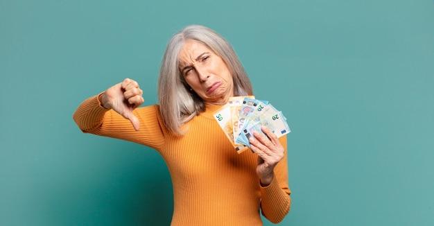 Siwe włosy ładna kobieta z banknotami