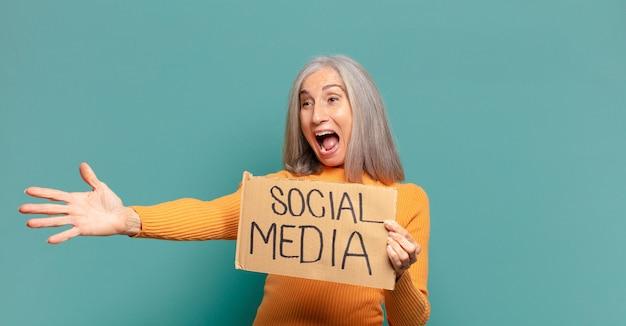 Siwe włosy ładna kobieta z forum mediów społecznościowych