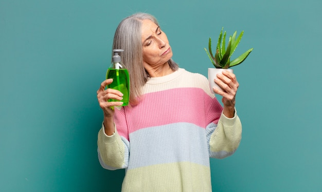 Siwe włosy ładna kobieta z kaktusem