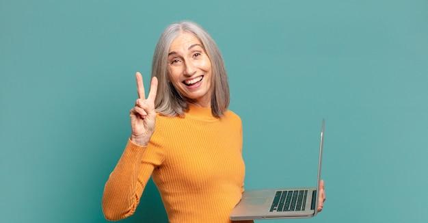 Siwe włosy ładna kobieta z laptopem