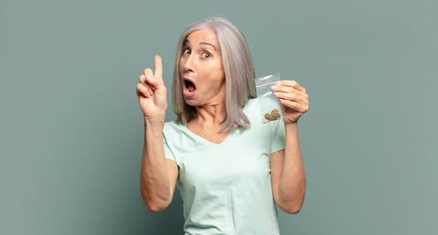 Siwe włosy ładna kobieta z marihuaną