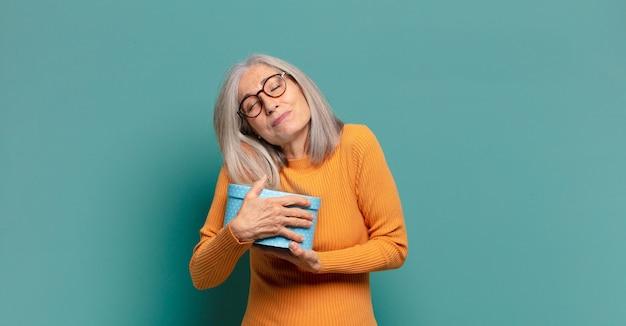 Siwe włosy ładna kobieta z pudełkiem na prezent