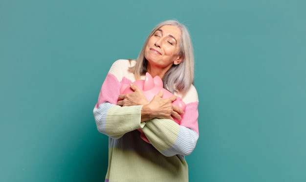 Siwe włosy ładna kobieta z skarbonką