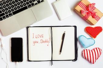 Skład dzień ojca z laptopa i otwarta książka