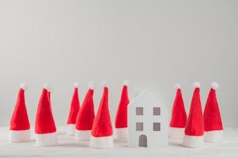 Skład Santa kapelusze i zabawka dom