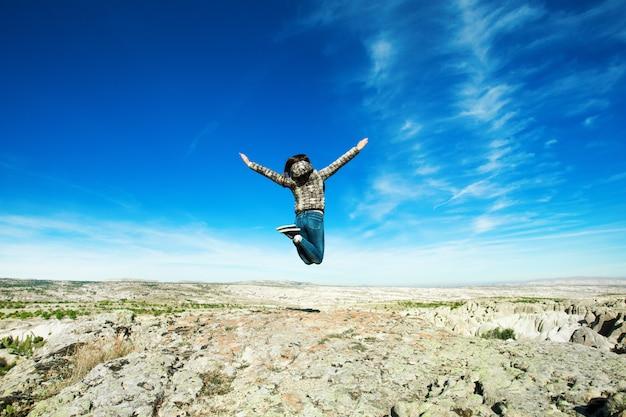 Skacząca kobieta w górach