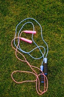 Skakanki na trawie