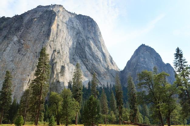 Skała el capitan z parku narodowego yosemite w kalifornii, usa. formacje geologiczne.