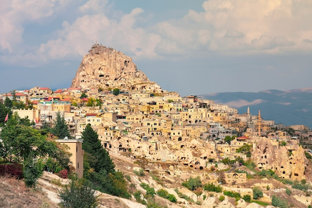 Skała rzeźbił domy w pigeon valley, uchisar, kapadocja, turcja