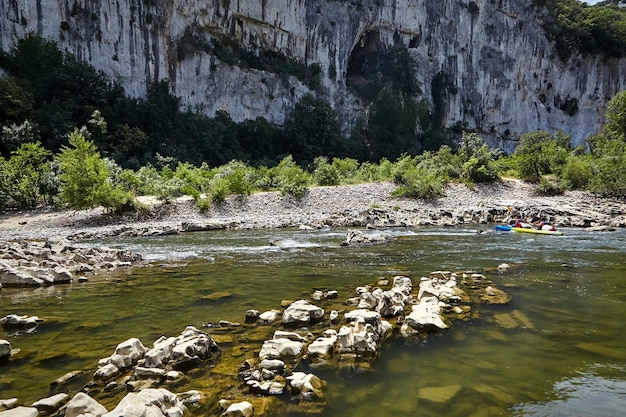 Skalista górska rzeka w ardeche gorges, południowa francja