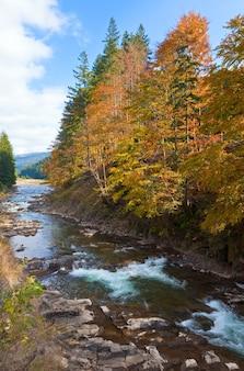 Skalista jesienna górska rzeka i wodospady