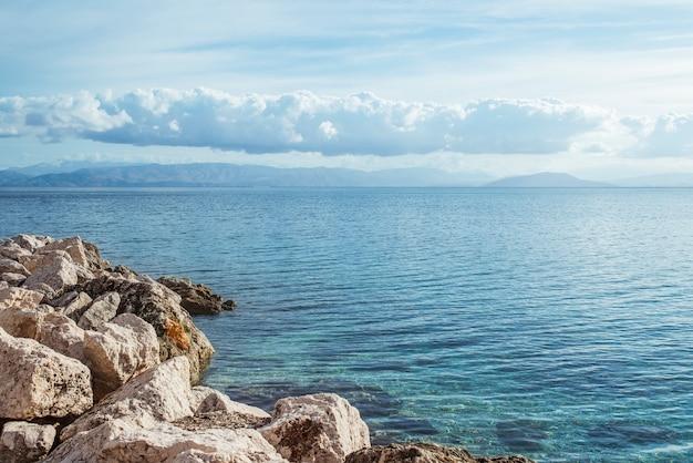 Skalista plaża na corfu wyspie, grecja.