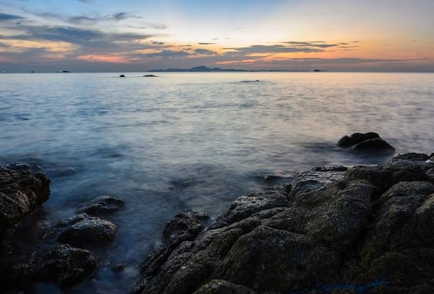Skalista plaża zachód słońca