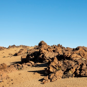 Skalista pustynia z jasnym błękitnym niebem