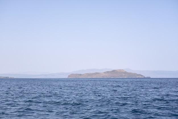 Skalista wyspa na morzu egejskim u wybrzeży krety.