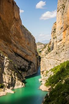 Skaliste góry i jezioro krajobraz