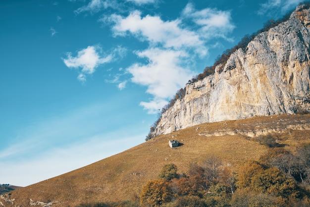 Skaliste góry natura chmury podróżują w stylu jesień