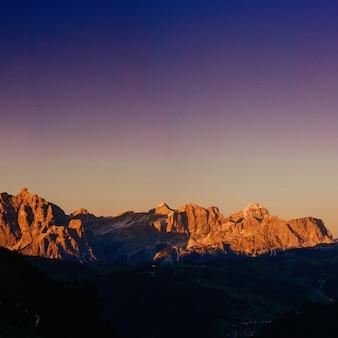 Skaliste góry o zachodzie słońca
