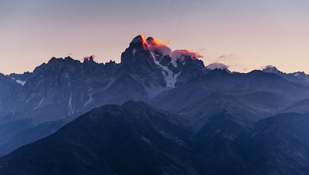 Skaliste góry w gruzji. europa, górna swanetia