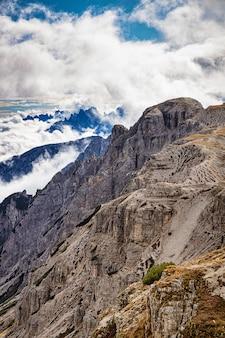 Skaliste góry we włoszech z zachmurzonym niebem, dolomity, tre cime di lavaredo
