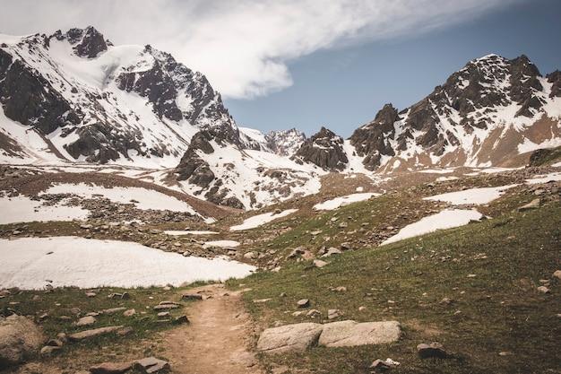 Skaliste szczyty pokryte śniegiem
