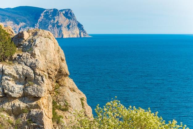 Skaliste urwisko nad pięknym, czystym, błękitnym morzem, krym, balaklava