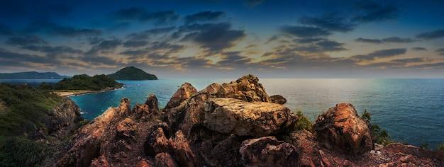 Skaliste urwisko nad pięknym czystym morzem i wyspą