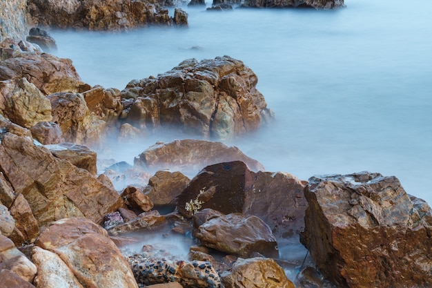 Skaliste wybrzeże i długi czas ekspozycji