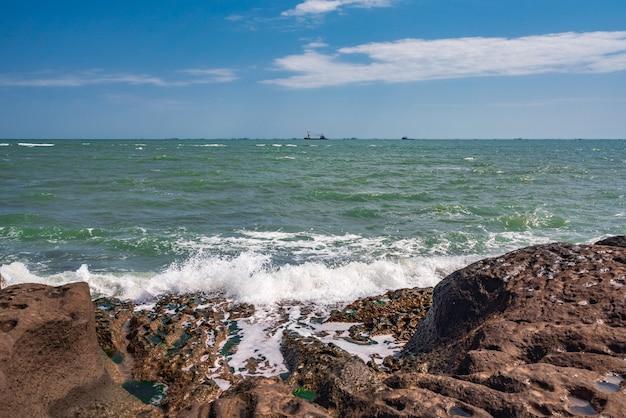 Skaliste wybrzeże i fale sztormowe
