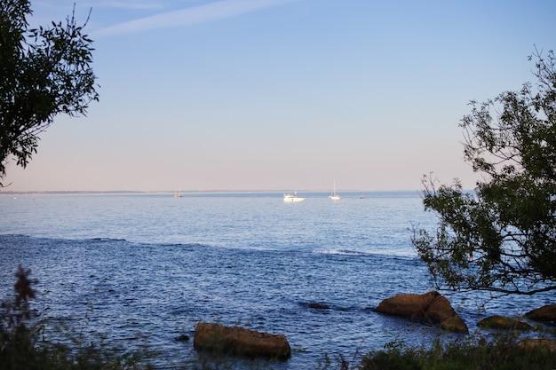 Skaliste wybrzeże morza czarnego w regionie odessy na ukrainie, widok na jachty.