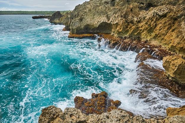 Skaliste wybrzeże morza karaibskiego na dominikanie, w drodze z punta cana do santo domingo