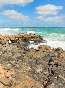 Skaliste wybrzeże na wyspach zielonego przylądka