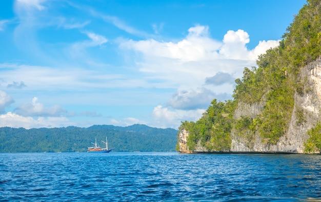 Skaliste wybrzeże tropikalnej wyspy indonezji przy słonecznej pogodzie