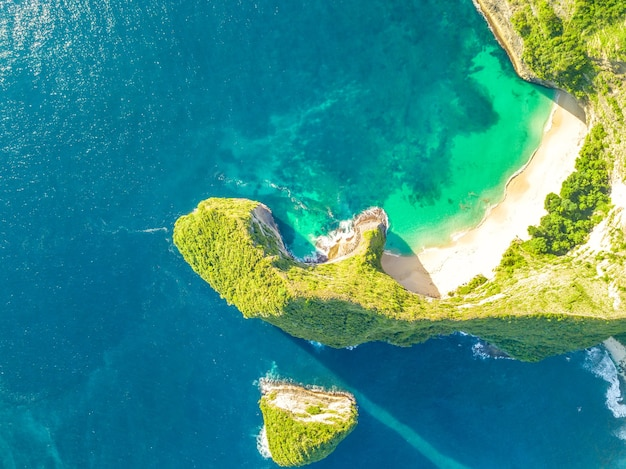 Skaliste wybrzeże tropikalnej wyspy. pusta plaża i mała wyspa. słoneczna pogoda. widok z lotu ptaka