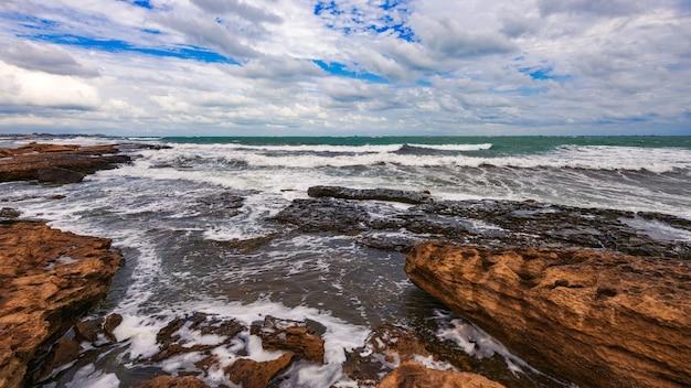 Skaliste wybrzeże w pochmurną pogodę