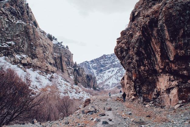 Skaliste zaśnieżone góry