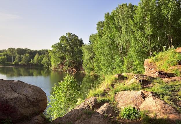 Skalisty brzeg jeziora
