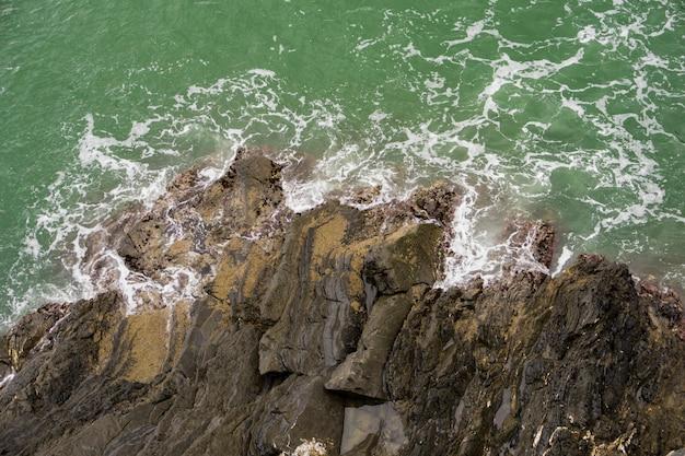 Skalisty brzeg morza liguryjskiego w cinque terre, włochy
