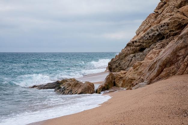 Skalisty brzeg morza w wietrzny dzień. naturalny krajobraz