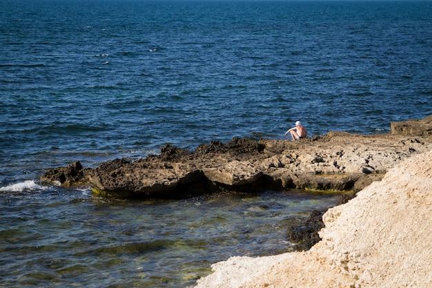 Skalisty brzeg morza