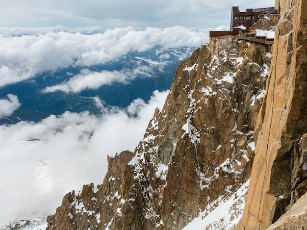 Skalisty masyw górski mont blanc letni widok z góry aiguille du midi, chamonix, alpy francuskie