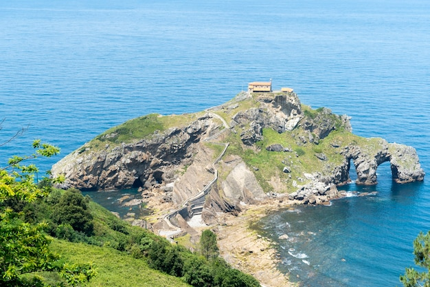 Skalisty półwysep san juan de gaztelugatxe w kraju basków w hiszpanii