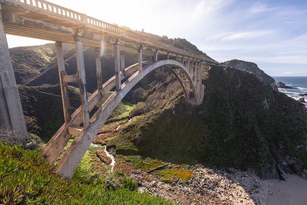 Skalisty zatoczka most przy big sur stanu drogą, kalifornia